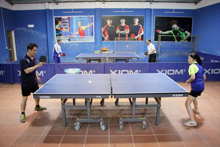Ông Phạm Văn Bình cùng bà Cù Minh Phượng và bạn bè thường xuyên tập luyện, giao lưu, trao đổi kinh nghiệm tại khu nhà tập luyện của gia đình.