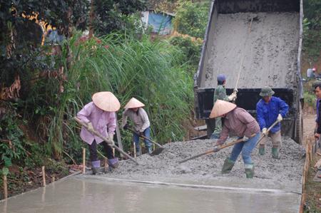 Nhân dân xã Lâm Giang, huyện Văn Yên tham gia làm đường giao thông nông thôn.