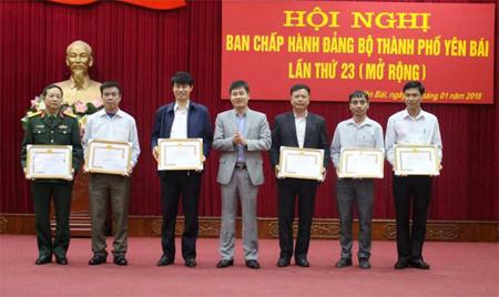 Đồng chí Ngô Hạnh Phúc - Bí thư Thành ủy Yên Bái trao giấy khen cho các tập thể có thành tích xuất sắc trong công tác dân vận của Đảng năm 2017.