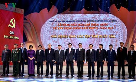 Đồng chí Nguyễn Văn Bình - Ủy viên Bộ Chính trị, Bí thư Trung ương Đảng, Trưởng Ban Kinh tế Trung ương và đồng chí Nguyễn Hòa Bình - Bí thư Trung ương Đảng, Chánh án Tòa án Nhân dân Tối cao trao giải cho các tập thể xuất sắc lần thứ II-2017.