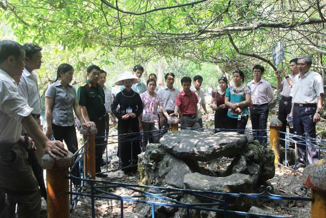 Du khách tham quan bàn đá - nơi Bác ngồi làm việc trong những ngày ở Pác Bó.