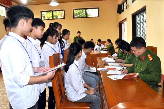 Hơn 150 lượt học sinh Trường Trường Phổ thông Dân tộc nội trú Trung học phổ thông tỉnh được làm CMND miễn phí.