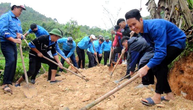 1.000 cán bộ, đảng viên, đoàn viên thanh niên và các em học sinh tham gia tu sửa tuyến đường dài gần 1km nối 2 thôn Hin Lò và Làng Thoọc, xã Yên Thắng.