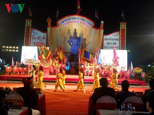 Lễ khai mạc Lễ hội Lê Chân diễn ra tại Quảng trường Tượng đài Nữ tướng Lê Chân, thành phố Hải Phòng.