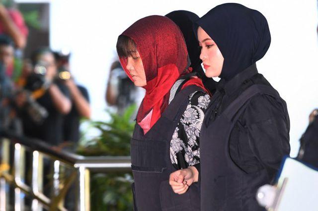 Đoàn Thị Hương mặc áo chống đạn, được dẫn giải đến tòa.