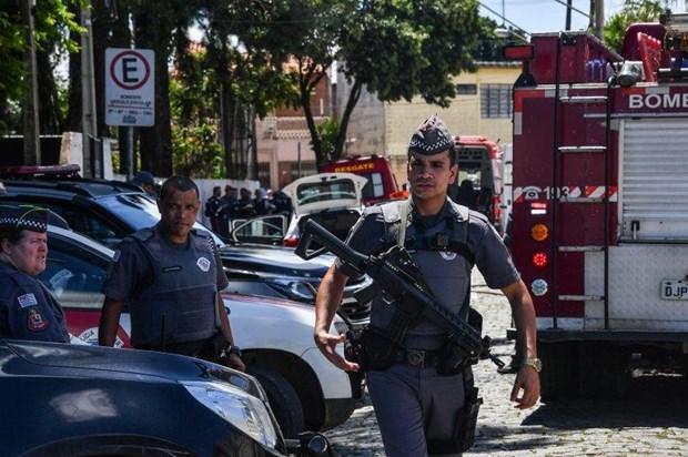 Cảnh sát điều tra tại hiện trường vụ xả súng.