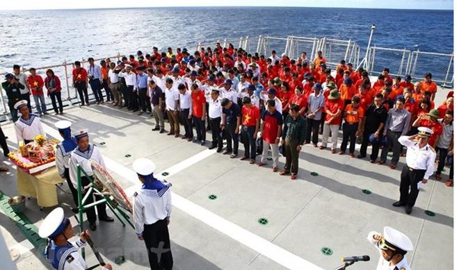 Đã thông lệ, bất cứ tàu hải quân nào đi qua vùng biển Gạc Ma, Cô Lin, Len Đao đều tổ chức lễ viếng và thả hoa tưởng niệm 64 liệt sỹ.