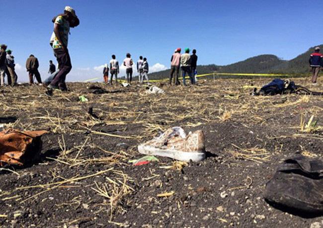Đồ đạc hành khách trên máy bay rơi.