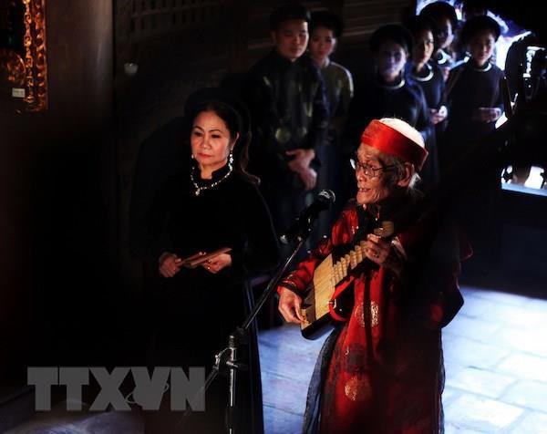 Nghệ nhân ưu tú Nguyễn Phú Đẹ (phải) trong lĩnh vực ca trù được đề nghị xét tặng danh hiệu nghệ nhân nhân dân.
