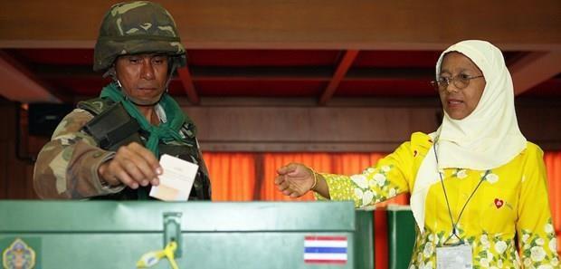 Cử tri đi bỏ phiếu trong một cuộc bầu cử ở Thái Lan.