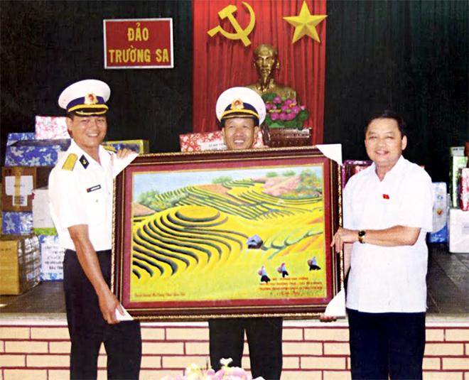 Đồng chí Dương Văn Thống - Phó Bí thư Thường trực Tỉnh ủy, Trưởng đoàn Đại biểu Quốc hội tỉnh tặng quà cán bộ, chiến sỹ đảo Trường Sa Lớn tháng 4/2015.