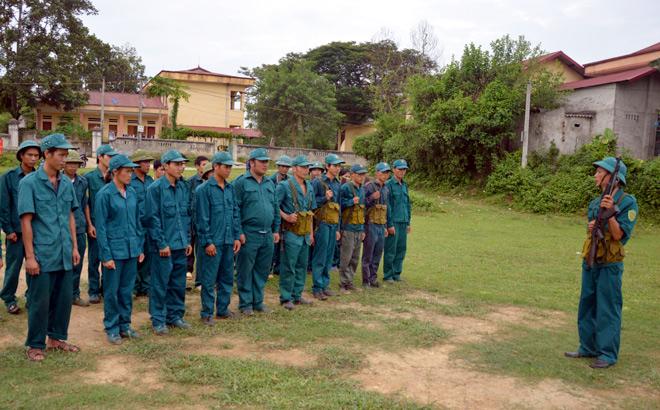 Huấn luyện dân quân tại huyện Văn Chấn.