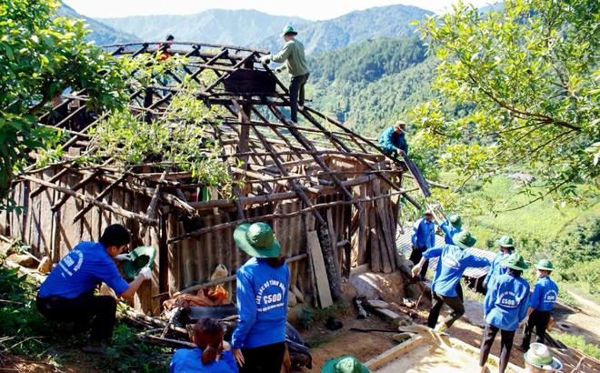 Tuổi trẻ Trạm Tấu giúp dân tu sửa nhà cửa.