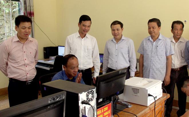 Đồng chí Dương Văn Tiến - Phó Chủ tịch UBND tỉnh kiểm tra tình hình kết nối phần mềm và các trang thiết bị tại Bộ phận Phục vụ Hành chính công xã Trạm Tấu.