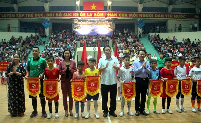 Đồng chí Đỗ Đức Duy – Phó Bí thư Tỉnh ủy, Chủ tịch UBND tỉnh cùng các đồng chí lãnh tỉnh tặng cờ lưu niệm cho các đội bóng đá nhi đồng tham dự Giải.