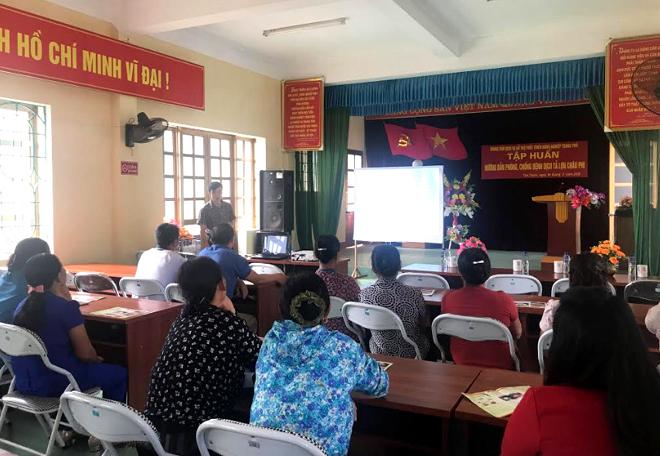 Các hộ chăn nuôi ở xã Tân Thịnh, thành phố Yên Bái dự lớp tập huấn phòng, chống bệnh dịch tả lợn châu Phi.