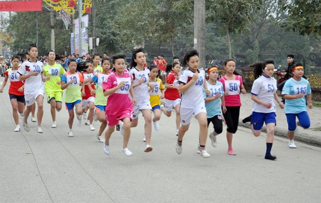 Các VĐV tranh tài nội dung nữ trẻ Giải Việt dã truyền thống Báo Yên Bái mùa giải trước.