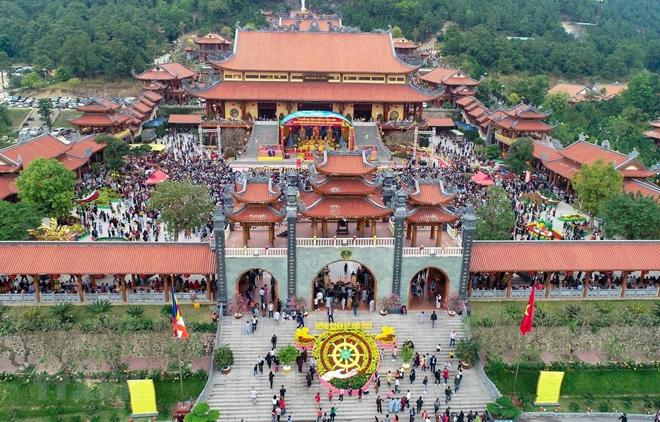 Chùa Ba Vàng tọa lạc trên lưng chừng núi Thành Đẳng, thuộc phường Quang Trung (thành phố Uông Bí, Quảng Ninh).