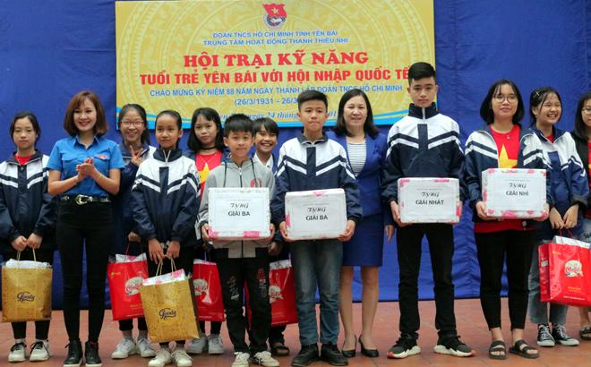 Ban tổ chức Trao giải cho các đội tham gia Hội trại.