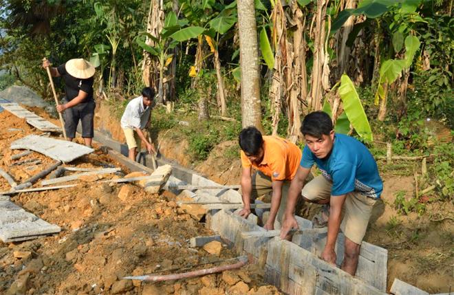 Nhân dân thôn Bản Chang kiên cố hóa kênh mương nội đồng.
