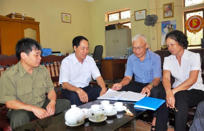 Cán bộ, đảng viên phường Minh Tân, thành phố Yên Bái tìm hiểu Nghị quyết Trung ương 4 khóa XII.