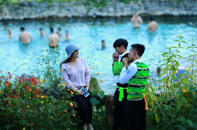 Thành viên CLB Kèn lá biểu diễn thổi kèn lá cho khách du lịch.