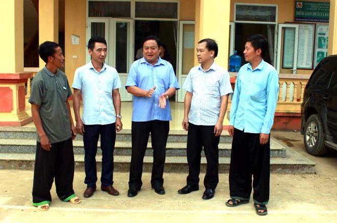 Lãnh đạo huyện Trạm Tấu trao đổi về công tác cán bộ với lãnh đạo xã Bản Mù.
