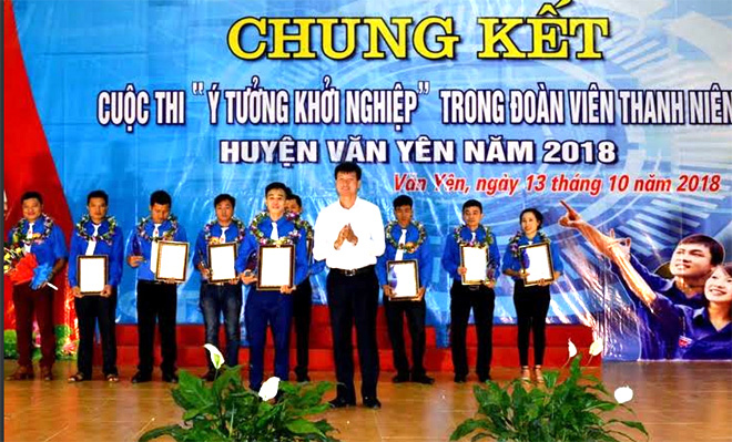 Lãnh đạo huyện Văn Yên trao giải trong Cuộc thi