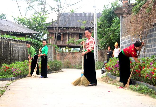 Phụ nữ Nghĩa Lộ thường xuyên tự nguyện tham gia vệ sinh môi trường, giữ gìn đường làng ngõ xóm sạch đẹp. (Ảnh: Minh Huyền)