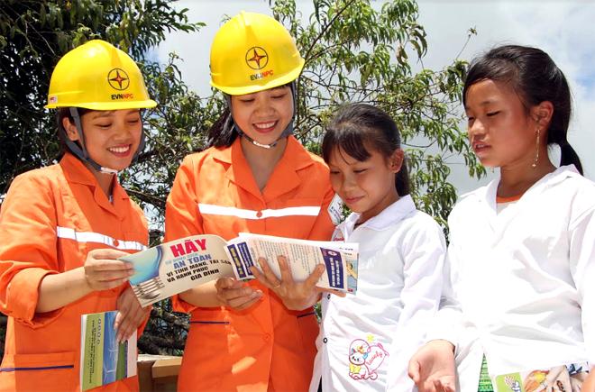 Nữ công nhân ngành điện lực Yên Bái tuyên truyền về sử dụng điện an toàn tới trẻ em xã Suối Giàng, huyện Văn Chấn.