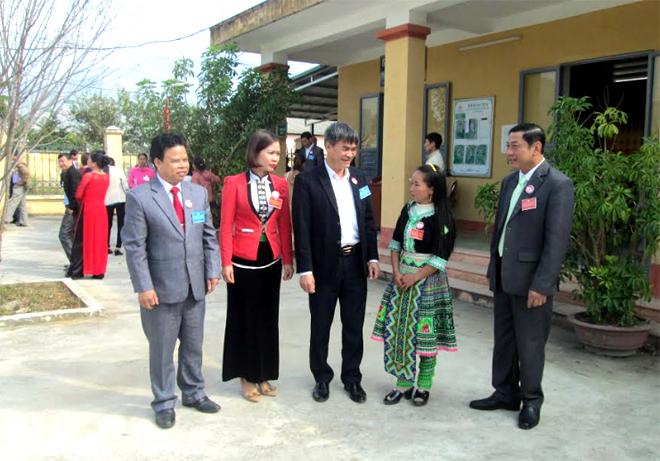 Đồng chí Chu Đình Ngữ - Bí thư Huyện ủy Văn Chấn (giữa) trao đổi với các đại biểu dân tộc thiểu số tại đại hội MTTQ cấp xã.