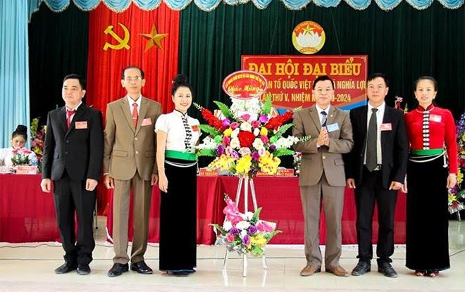 Lãnh đạo Ủy ban MTTQ thị xã Nghĩa Lộ chúc mừng thành công đại hội điểm xã Nghĩa Lợi.