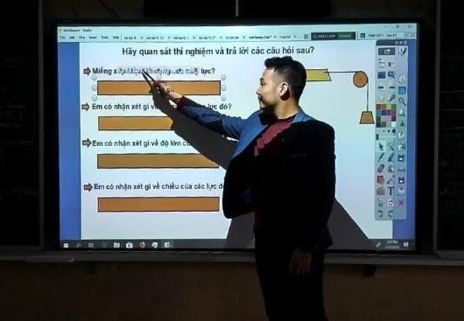 Thầy giáo Trịnh Xuân Biên sử dụng hiệu quả bảng tương tác ActivBoard trong giảng dạy môn Vật lý.
