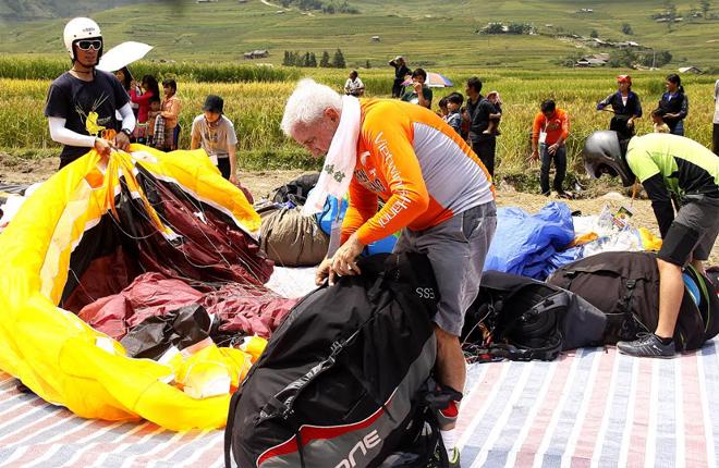 Du khách nước ngoài trải nghiệm hoạt động dù lượn tại huyện Mù Cang Chải.