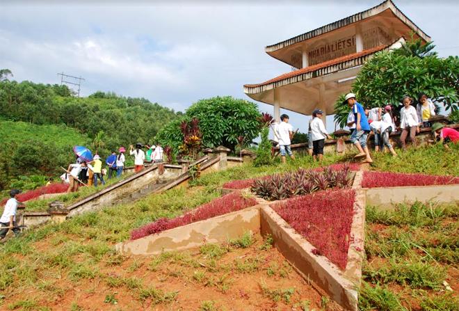 Đoàn viên thanh niên xã Hán Đà tham gia vệ sinh môi trường tại nhà bia liệt sỹ của xã.