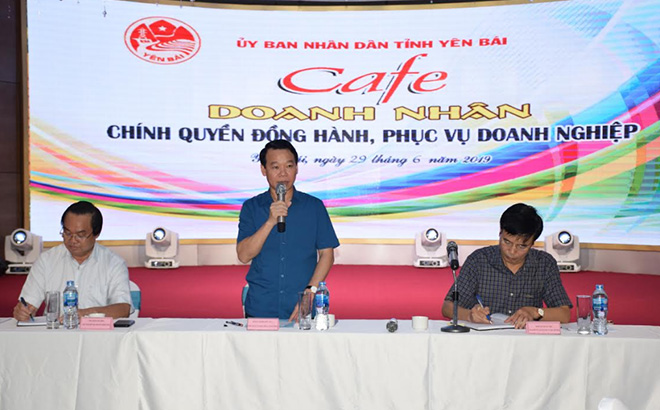 """Chairman of the provincial People's Committee Do Duc Duy replies to businesses' opinions at the """"Entrepreneur Cafe"""" in June 2019."""