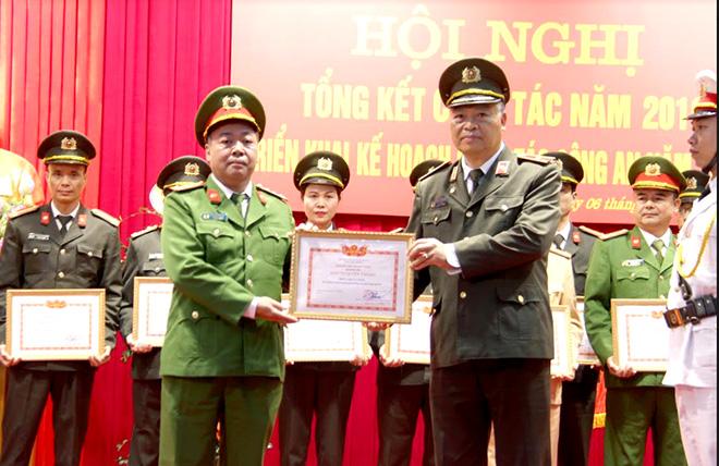 """Thiếu tướng Đặng Trần Chiêu - Giám đốc Công an tỉnh trao danh hiệu """"Đơn vị Quyết thắng"""" năm 2019 cho Phòng Cảnh sát Cơ động."""