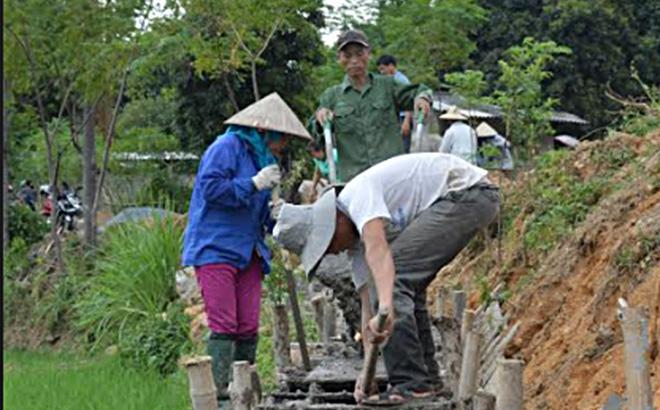 Nhân dân xã Sơn Lương bê tông hóa kênh mương nội đồng.