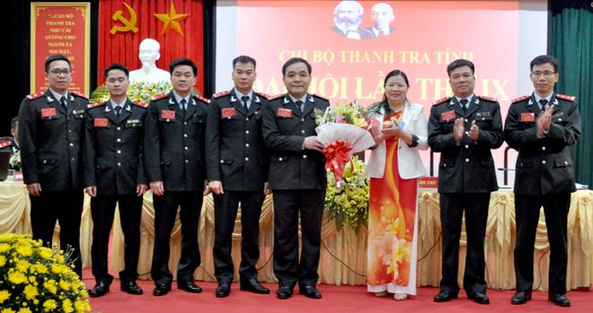 Đồng chí Hoàng Thị Chanh - Bí thư Đảng ủy Khối cơ quan và doanh nghiệp tỉnh tặng hoa chúc mừng Ban Chấp hành Chi bộ Thanh tra tỉnh khóa mới.