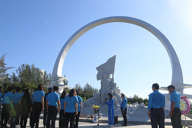 LĐLĐ tỉnh Khánh Hòa dâng hương tưởng nhớ các anh hùng liệt sĩ Gạc Ma.