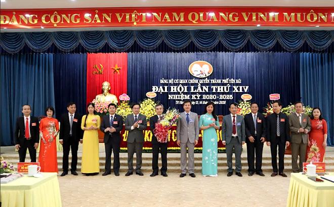 Các đồng chí trong Thường trực Thành ủy tặng hoa chúc mừng Ban Chấp hành Đảng bộ Cơ quan Chính quyền thành phố nhiệm kỳ 2020 - 2025.
