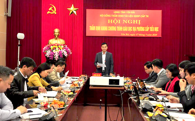 Đồng chí Dương Văn Tiến – Phó Chủ tịch UBND tỉnh, Chủ tịch Hội đồng đồng thẩm định tài liệu giáo dục địa phương cấp tiểu học phát biểu tại Hội nghị