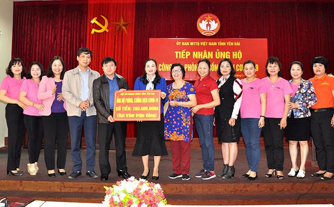 Đồng chí Giàng A Tông - Ủy viên Ban Thường vụ Tỉnh ủy, Chủ tịch Ủy ban MTTQ tỉnh tiếp nhận hỗ trợ của Hội nữ doanh nhân tỉnh phòng, chống dịch Covid-19.