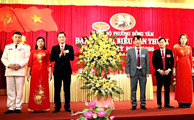 Đồng chí Đỗ Văn Nghị - Phó Bí thư Thường trực Thành ủy Yên Bái tặng hoa chúc mừng Đại hội.