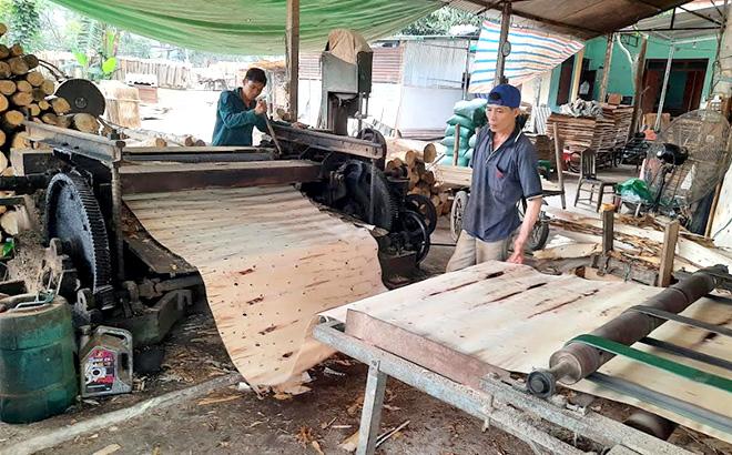 Nhiều xưởng sản xuất ván bóc đang hoạt động cầm chừng để giữ chân người lao động.