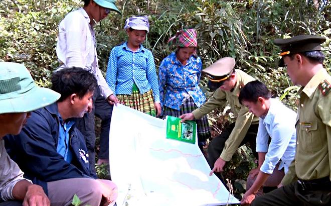 Cán bộ kiểm lâm huyện Trạm Tấu tuyên truyền kiến thức bảo vệ rừng, phòng cháy chữa cháy rừng cho người dân.