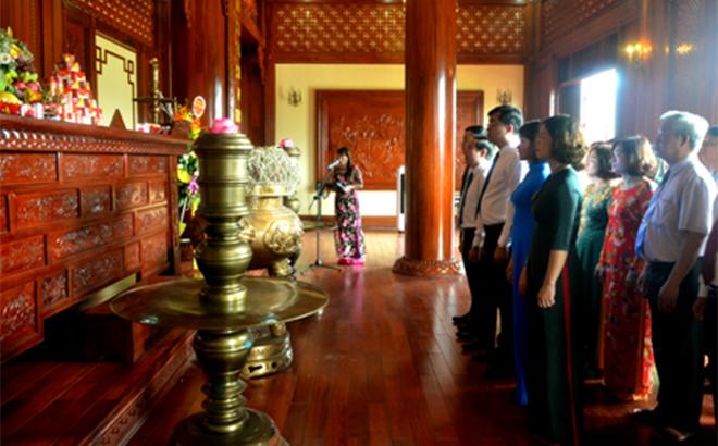 Đoàn cán bộ, công chức, viên chức Văn phòng Tỉnh ủy dâng hương tưởng niệm Chủ tịch Hồ Chí Minh.