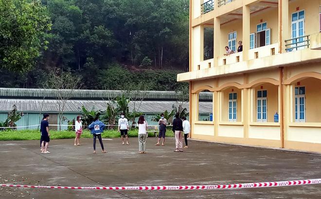Giờ tập thể dục của các công dân đang thực hiện cách ly tập trung tại Trung đoàn 121, Bộ Chỉ huy quân sự tỉnh Yên Bái.