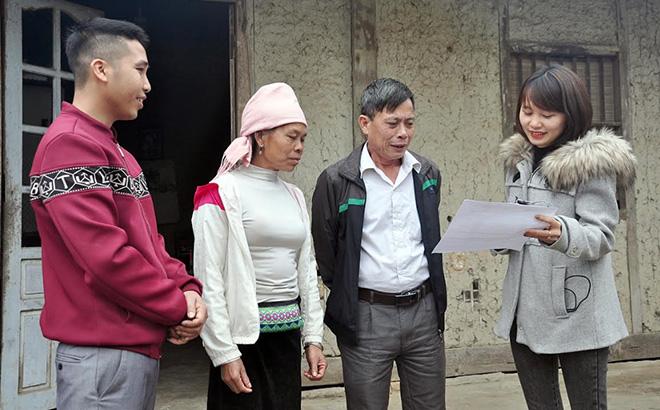 Lãnh đạo xã Hạnh Sơn khảo sát điều kiện để giúp đỡ gia đình chị Phạm Thị Phương ở thôn Bản Tào xóa nhà tạm.