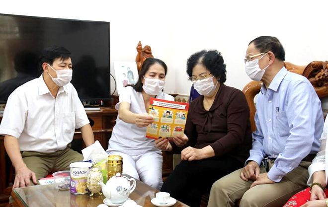 Cán bộ Trạm Y tế phường Hồng Hà, thành phố Yên Bái tuyên truyền cho người dân trên địa bàn cách phòng, chống dịch bệnh COVID-19. (Ảnh: Minh Huyền)